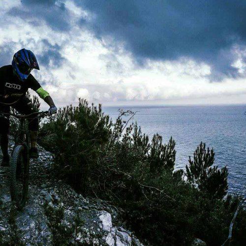 Bicicletta sul monte di Finale Ligure