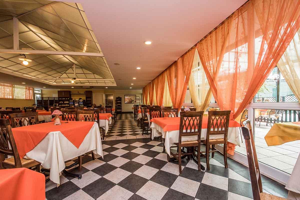 Sala ristorante con tavoli e tovaglie